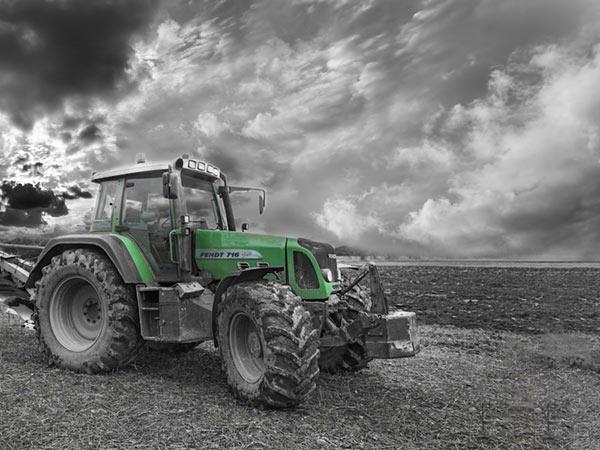 Trekker tractor op het strand van Noordwijk voor beach cleaning Zuid-Holland